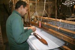手摇纺织机织工运作的讨论会 图库摄影