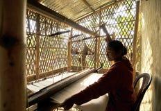 手摇纺织机工作者 库存照片