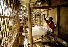 手摇纺织机工作者 免版税库存照片