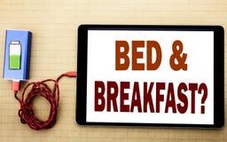 手文字文本显示床早餐假日旅途旅行的说明启发企业概念写在片剂膝上型计算机 库存照片