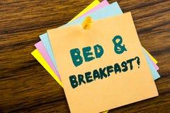 手文字文本显示床早餐假日旅途旅行的说明启发企业概念写在稠粘的笔记p 免版税图库摄影