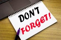 手文字文本说明启发陈列不忘记 在的笔记本书写的提示消息的企业概念 库存照片