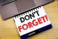 手文字文本说明启发陈列不忘记 在的笔记本书写的提示消息的企业概念 免版税库存图片
