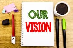手文字显示我们的视觉的文本说明 在笔记薄便条纸backgro写的销售方针视觉的企业概念 库存图片