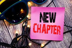 手文字显示新的章节的文本说明 开始的企业概念书面的新的未来的生活稠粘的笔记空的纸backg 库存图片