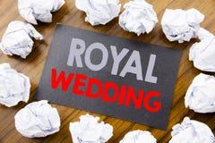 手文字显示皇家婚礼的文本说明 在的稠粘的便条纸写的英国英国婚礼的企业概念 免版税库存照片