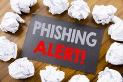 手文字显示Phishing戒备的文本说明 在wo的稠粘的便条纸写的欺骗警告危险的企业概念 免版税库存照片