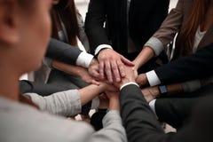 手显示与汇集的企业队特写镜头他们的手的团结 免版税库存图片
