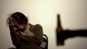 手有啤酒酒精上瘾的妇女的,修复,自我克制力陈列瓶 图库摄影