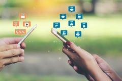 手有套全息图或象的藏品智能手机在绿色背景、通讯技术和社交的社会媒介 免版税库存图片
