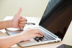手有拇指的用途膝上型计算机 库存图片