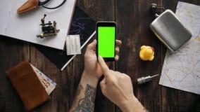 手有红色不同的色度钥匙的屏幕的用途电话-,蓝色,绿色 股票录像