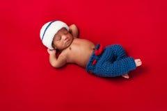 水手服装的新出生的男婴 免版税库存图片
