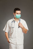 手术口罩的男性医生 免版税库存照片