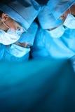 年轻手术队在手术室 免版税库存图片