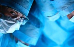 年轻手术队在手术室 免版税库存照片