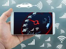 手机互联网速度和手扶的电话概念有蓝色背景 免版税库存图片