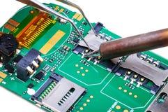 手机修理在电子实验室工作地点 免版税库存照片