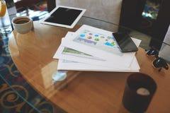 手机和数字式桌与空白的拷贝间隔屏幕您的广告或内容或者正文消息的 免版税图库摄影