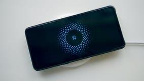 手机在一个无线充电器说谎 无线手机充电器 股票录像