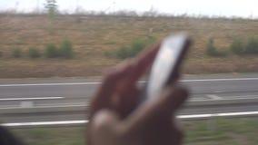 手机在公共汽车的手上 股票视频