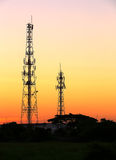 手机塔和无线电天线 免版税库存照片