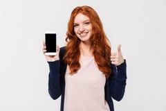 手机愉快的年轻红头发人夫人陈列显示  免版税图库摄影
