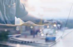 手机用法在商人的手上计算机背景的弄脏了概念和概念 免版税库存照片