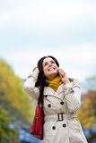 手机电话的愉快的妇女外面 图库摄影
