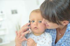 手机的婴孩 免版税库存照片