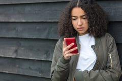 手机的混合的族种非裔美国人的女孩少年 库存图片