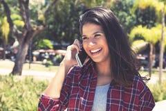手机的美丽的年轻白种人妇女 免版税库存图片
