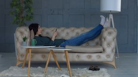 手机的轻松的妇女浏览互联网 影视素材