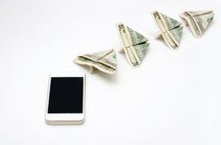 从手机的飞行金钱 免版税库存照片