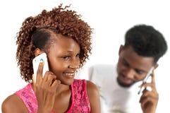 手机的年轻俏丽的妇女 免版税库存图片
