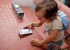 手机迷住的婴孩 免版税库存照片