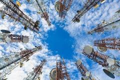 手机通信与云彩和蓝天的天线塔 免版税库存图片