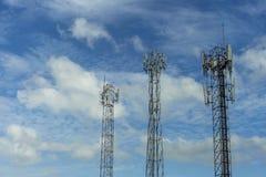 手机通讯台与蓝色的传输信号 免版税库存照片