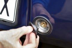 手松开LPG气体插座在汽车的防撞器的 免版税库存图片
