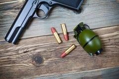 手枪、手榴弹和弹药筒 免版税库存图片