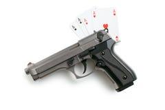 手枪和啤牌卡片 库存图片