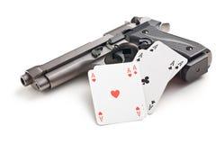 手枪和啤牌卡片 免版税库存图片