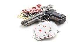 手枪和啤牌卡片 免版税图库摄影