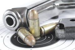 手枪和弹药 免版税图库摄影