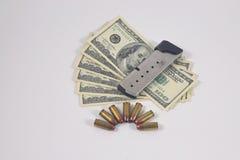 手枪弹药,现金,杂志 免版税库存图片