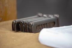 手枪的空的弹药筒 手枪杂志 库存照片