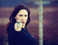 手枪讲西班牙语的美国人妇女 免版税库存图片