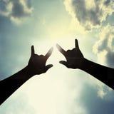 手标志我爱你在天空 库存图片