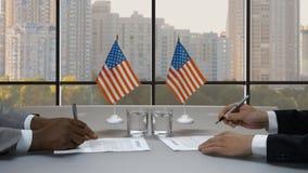 手标志纸在桌上 影视素材