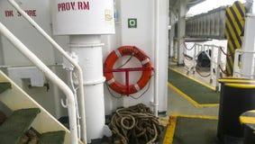 手段帮助淹没 lifebuoy 船的设备 免版税库存照片